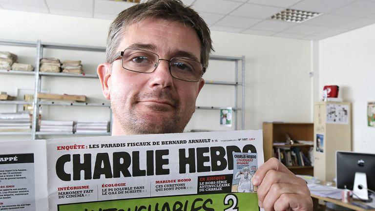 'Charb' z częścią okładki 'Charlie Hebdo'