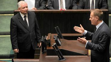 Jarosław Kaczyński i Donald Tusk podczas debaty sejmowej 3 grudnia 2010 r.