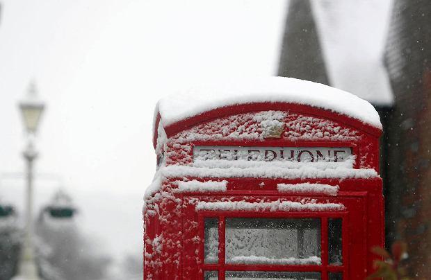 Budka telefoniczna przykryta śniegiem w angielskim mieście Marlow
