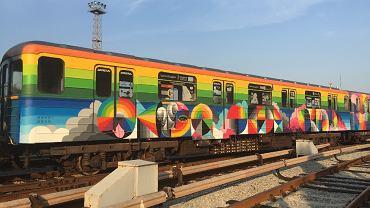 Kolorowy wagon metra w Kijowie