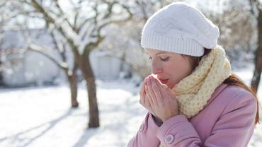 Objaw Raynauda to napadowe skurcze tętnic pojawiające się pod wpływem stresu lub zimna