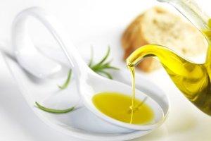 Używasz tylko oleju rzepakowego? Sprawdź jakich, innych tłuszczów nie powinno zabraknąć w codziennej diecie!
