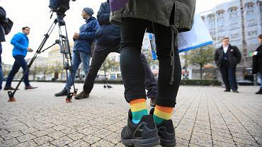 Tęczowe skarpetki Dominiki Frydryczak z Młodych Nowoczesnych, którzy z Alkiem Klukiem z Grupy Stonewall. W piątek na placu Wolności mówili o 'Tęczowym Piątku' i odnosili się do stanowiska Młodzieży Wszechpolskiej