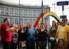 Geje i lesbijki za�piewali przy t�czy. Pierwszy taki ch�r w Polsce