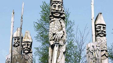W Dziekanowicach można rzucić okiem na rzeźby przedstawiające pierwszych Piastów.