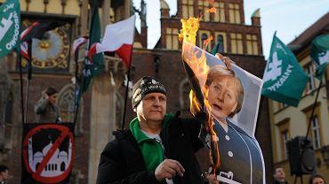 Wrocław, 2 kwietnia 2016 r. Podczas manifestacji narodowcy spalili zdjęcie kanclerz Angeli Merkel. Prezydent Wrocławia Rafał Dutkiewicz złożył w tej sprawie zawiadomienie do prokuratury