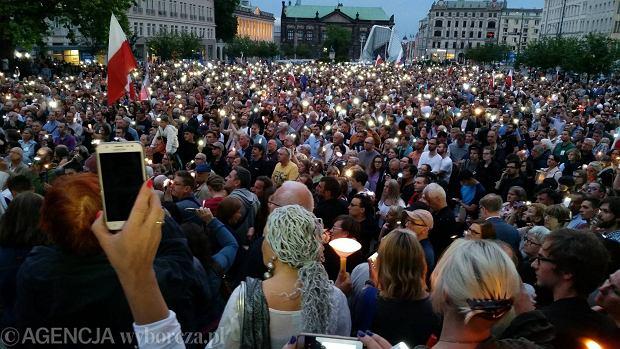 Łańcuch Światła w całej Polsce. Tak Polacy protestowali w obronie sądów