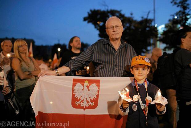 Zdjęcie numer 22 w galerii - Tłumy przed Sądem Okręgowym w Łodzi. Kolejny dzień protestów przeciwko zmianom PiS w sądownictwie [ZDJĘCIA]