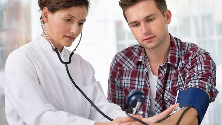 Wszyscy powinni regularnie dokonywać kontrolnych badań ciśnienia tętniczego.