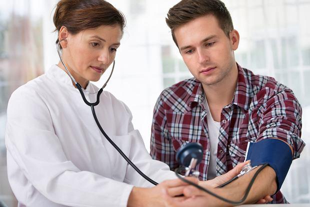 Wszyscy powinni regularnie dokonywa� kontrolnych bada� ci�nienia t�tniczego.