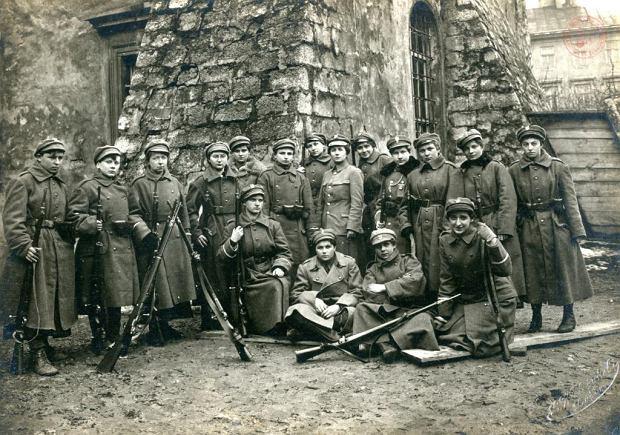 Dziewczyny z Ochotniczej Legii Kobiet, organizacji powstałej w 1918 r. z działającej we Lwowie milicji kobiecej, brały udział w bitwie o to miasto podczas wojny polsko-ukraińskiej i w walkach o Wilno w wojnie polsko-bolszewickiej