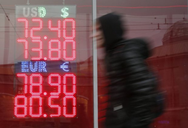 Zachodnie sankcje i tania ropa uderzaj� w rosyjsk� walut�. Rubel najta�szy w historii
