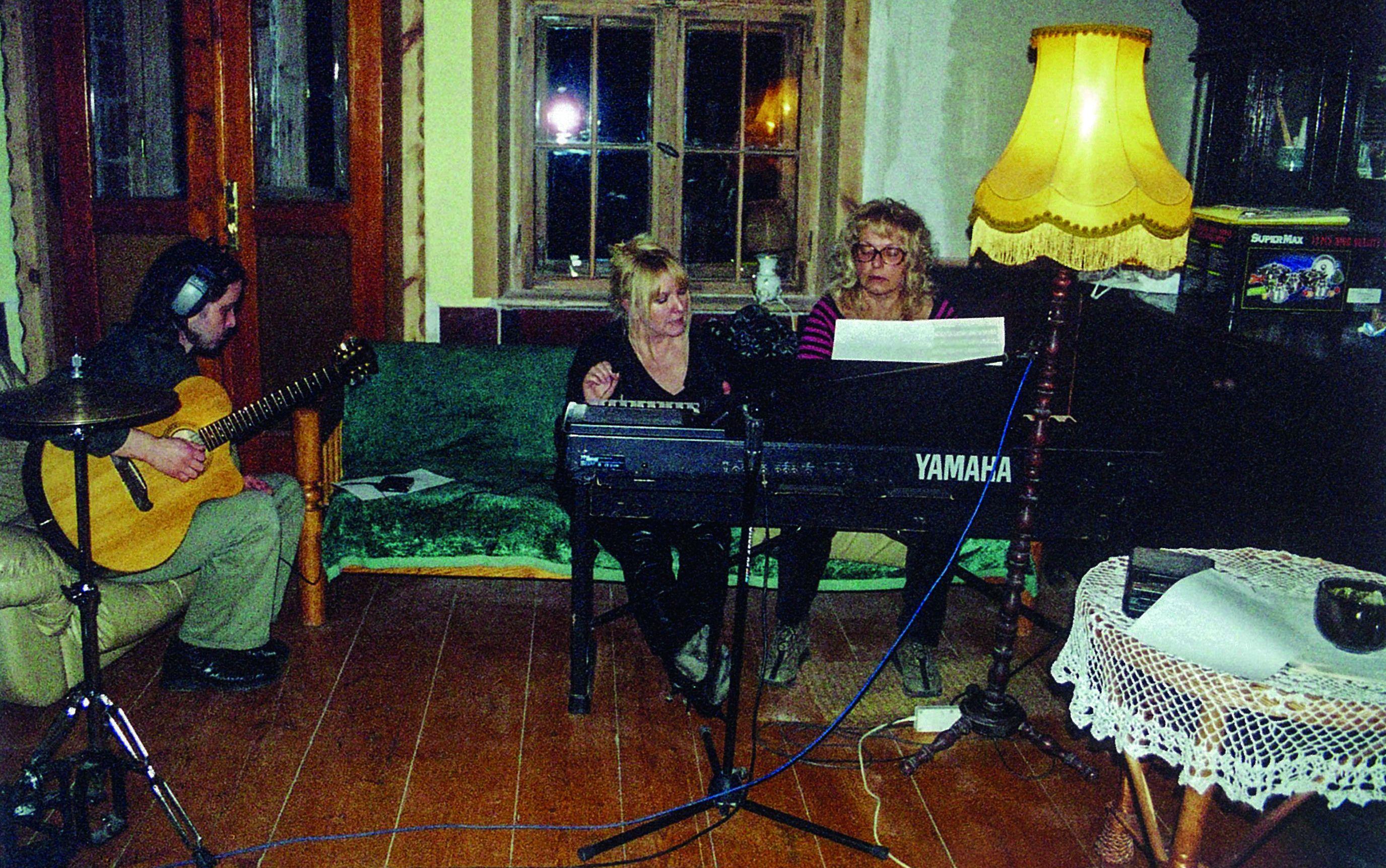Na próbie w domu Kasi Gaertner. Na gitarze gra Marcin Majerczyk (fot. archiwum domowe)