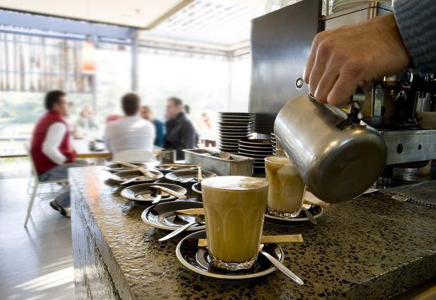 """Cały świat pije """"zawieszoną kawę"""". Solidarność, pomoc ubogim czy zwykła zabawa?"""