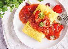 Naleśniki z serem i sosem rabarbarowo-truskawkowym - ugotuj