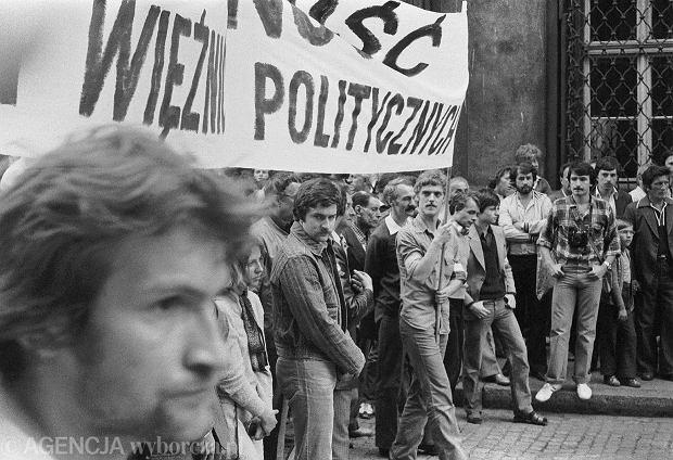 Marsz protestacyjny w obronie wi�ni�w politycznych zorganizowany przez NZS i NSZZ Solidarno��. W �rodku W�adys�aw Frasyniuk, obok Anna Jandziszak, transparent trzyma Rafa� Guzowski. Wroc�aw 25 maja 1981 roku.  1