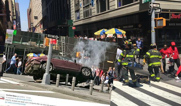 Zdjęcie numer 3 w galerii - Nowy Jork. Samochód osobowy wjechał w przechodniów. 13 osób rannych w wypadku, jedna nie żyje