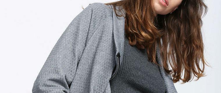 Szary sweter w modnych stylizacjach na jesień