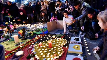 Zamachy w Brukseli. W samym sercu miasta, na Placu de la Bource, ludzie spontanicznie utworzyli prowizoryczny pomnik z zapalonych świec