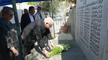 Prezydent Izraela Reuven Rivlin składa kwiaty pod tablicą upamiętniającą masakrę w Kfar Kasem - arabów zamordowanych przez izraelską straż graniczną. 2014