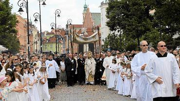 Boże Ciało - centralna warszawska procesja pod przewodnictwem kardynała Kazimierza Nycza
