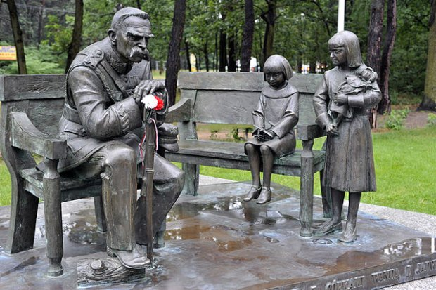 Pomnik Piłsudskiego z dziećmi w Sulejówku
