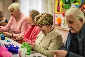 Ile pieniędzy mają emeryci i na co je wydają? Jakie mają mieszkania i jak wyposażone?