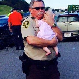 Wypadek, rozbite auta... I policjant bohater z niemowl�ciem na r�kach
