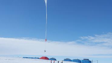 Balon stratosferyczny wznoszący się obok modułów stacji Halley VI