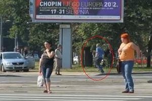 Piesi biegn� na czerwonym. Policja rozdaje mandaty