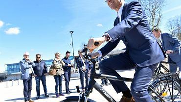 Prezentacja nowego sprzętu dla wypożyczalni sprzętu nad jeziorem Ukiel w Olsztynie. Na zdjęciu prezydent Piotr Grzymowicz