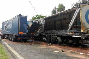 Wypadek na A4. Sze�� uszkodzonych tir�w. Autostrada w kierunku na Wroc�aw zablokowana