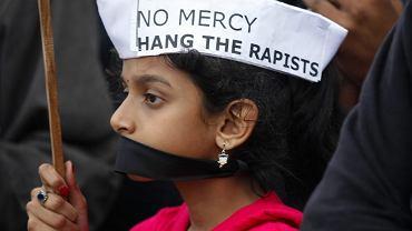 Statystyki mówią, że w Indiach dziecko poniżej 16. roku życia jest gwałcone co 155 minut, poniżej 10. roku życia - co 13 godzin. 53 proc. dzieci doświadczyło jakiejś formy wykorzystywania seksualnego. Na zdjęciu: Indyjska dziewczynka uczestniczy w pikiecie. Demonstranci opłakują kobietę zgwałconą w miejskim autobusie i domagają się surowych kar dla sprawców. New Dehli, 29 grudnia 2012