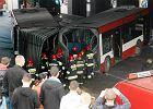 Autobus uderzy� w filar wiaduktu na DK86. Jedna osoba ranna