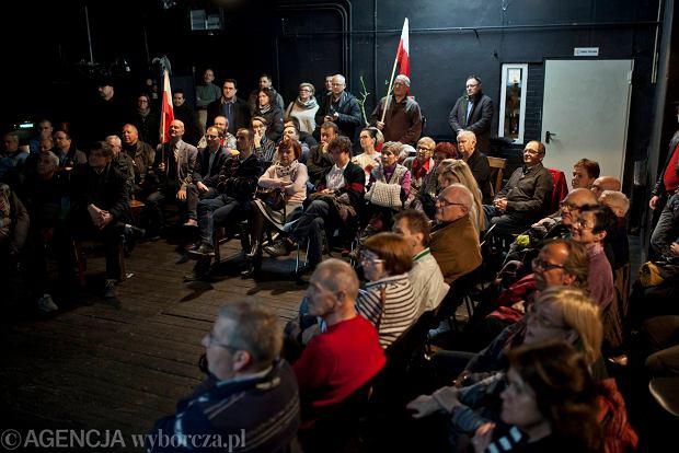 http://bi.gazeta.pl/im/8d/70/12/z19336845Q,Spotkanie-sympatykow-Komitetu-Obrony-Demokracji-w-.jpg