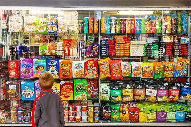 Kolorowe opakowania, szeleszczące papierki i 'błogi', słodki smak - cukier kusi na każdym kroku. Zwłaszcza dzieci