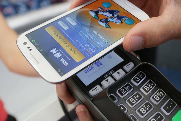 Płatność telefonem zamiast karty płatniczej. Opłaca się?