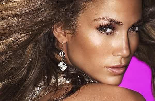 Gorąca Latynoska nie przestaje zaskakiwać. 48-letnia gwiazda muzyki pop po raz kolejny udowadnia, że ma dusze prawdziwej fighterki. Jennifer Lopez zaprezentowała nowy teledysk do utworu ''Amor, Amor, Amor''.