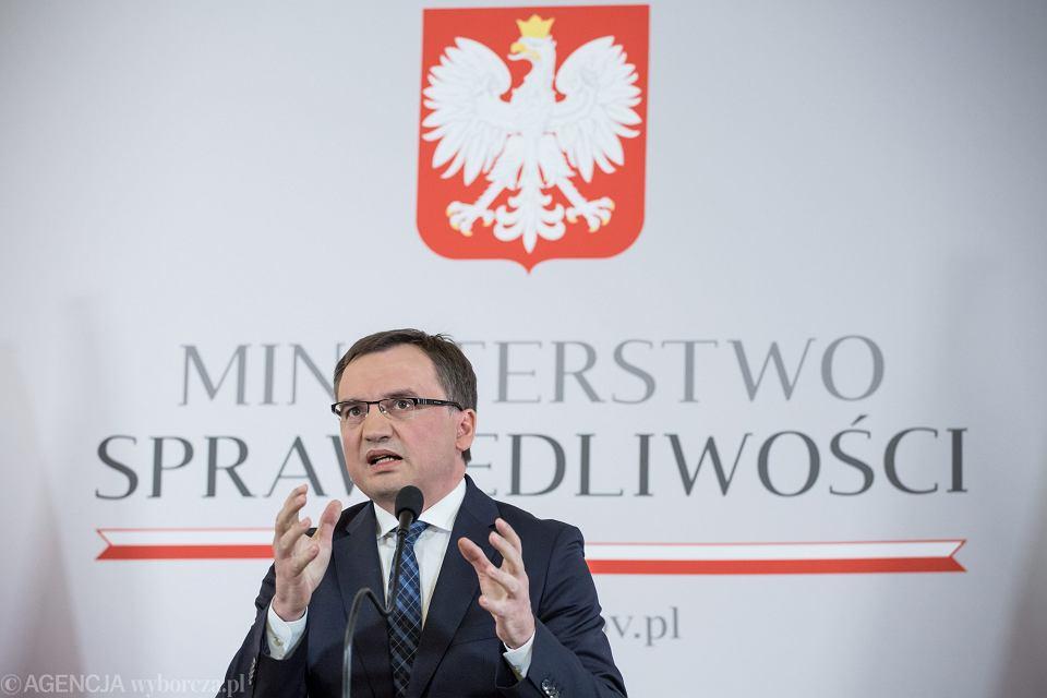 Minister Zbigniew Ziobro podczas konferencji podsumowującej dwa lata pracy jego resortu. Warszawa, 15 listopada 2017