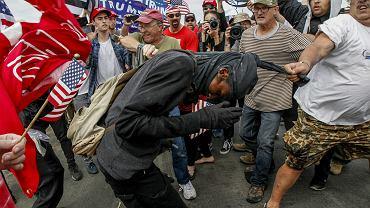 Bójka zwolenników i przeciwników Trumpa podczas marszu poparcia dla prezydenta 'Make America Great Again' w kalifornijskim Huntington Beach