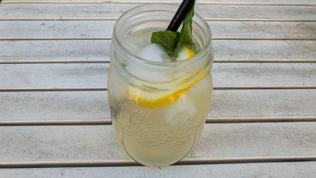 Domowy izotonik można zrobić jedynie z wody i soli, ale do smaku można dodać nieco soku owocowego, cytrusów albo ziół