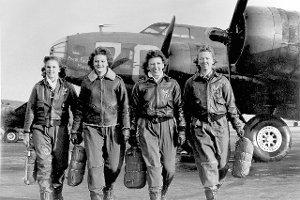 Zwyk�e dziewczyny pilotowa�y najwi�ksze bombowce. Przez wiele lat ich akta by�y �ci�le tajne. Historia pilotek z II wojny �wiatowej [FRAGMENTY KSI��KI]