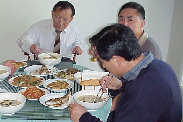 Czasem obfita kolacja wychodzi na zdrowie i pozwala obni�y� poziom cholesterolu