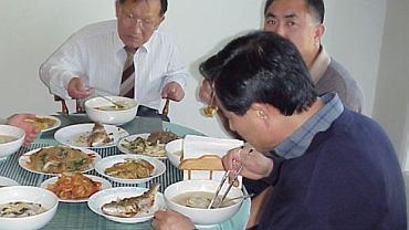 Czasem obfita kolacja wychodzi na zdrowie i pozwala obniżyć poziom cholesterolu
