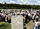 W Jedwabnem parafianie z Jasienicy i kamienie od narodowc�w