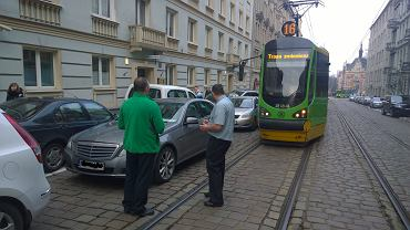 Tramwaje zablokowane przez źle zaparkowany samochód na ul. Mielżyńskiego