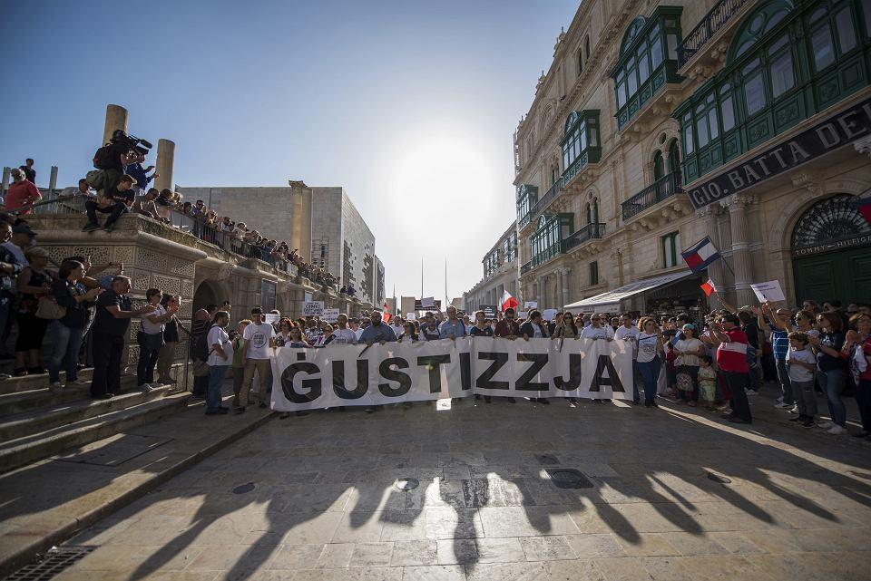 'Sprawiedliwiść' - demonstranci domagają się osądzenia zabójców dziennikarki. Daphne Caruana Galizia zginęła w wybuchu bomby w swoim samochodzie. Stolica Malty, Valletta, 22 października 2017