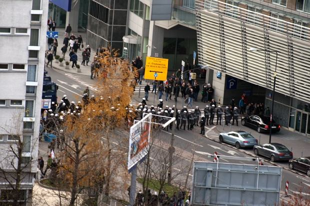 Starcia chuligan�w z policj� na ul. Grzybowskiej