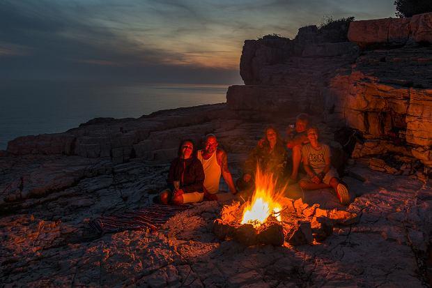 Lato coraz bliżej, a ciepłe wieczory nie ustępują gorącym dniom. Zaczyna się letni okres ogniskowy. A podczas takich wieczornych ognisk nie może zabraknąć nastrojowych dźwięków gitary. Sprawdźcie jakie kawałki polecamy Wam na wieczór przy ognisku. One koniecznie muszą znaleźć się w Waszym repertuarze!