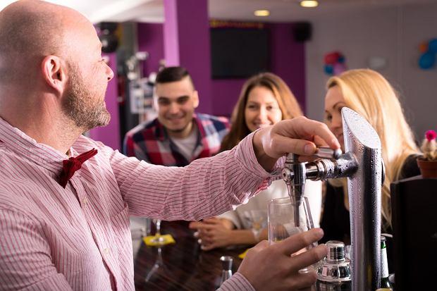 jak skutecznie zwrócić uwagę barmana?